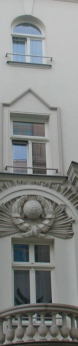 Советские символы на фасаде здания., Польша